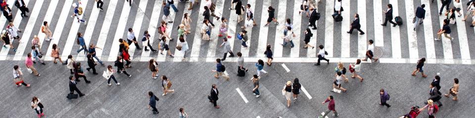 Folla di persone in una piazza